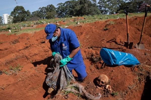 نبش قبر در برزیل برای دفن انبوه اجساد قربانیان کرونا (