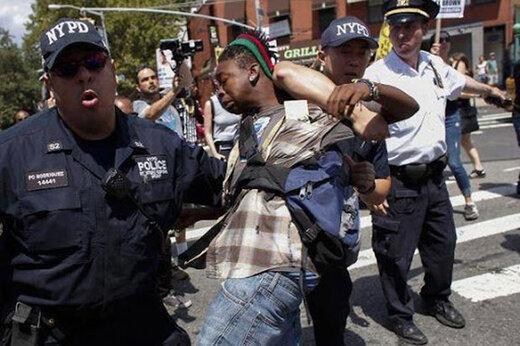 بزک پلیس جنایتکار آمریکا توسط خبرنگار فراری نشریات زنجیره ای