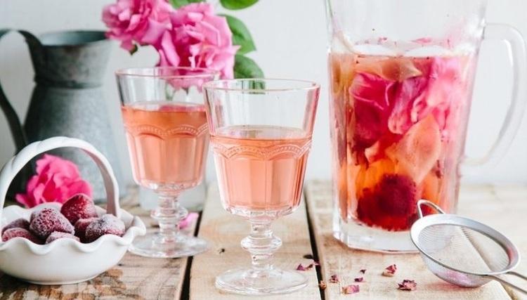 طرز تهیه شربت گل محمدی؛ خوش عطر و دلچسب