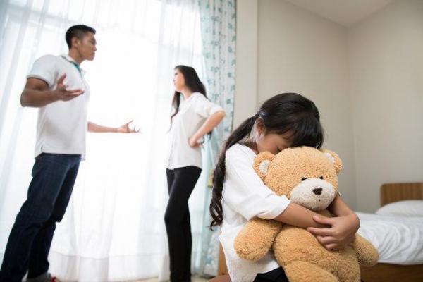 هنگام مشاجره با همسرتان، بچه ها را واسطه خواسته هایتان نکنید